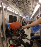 Pendik metrosunda bir bisikletli