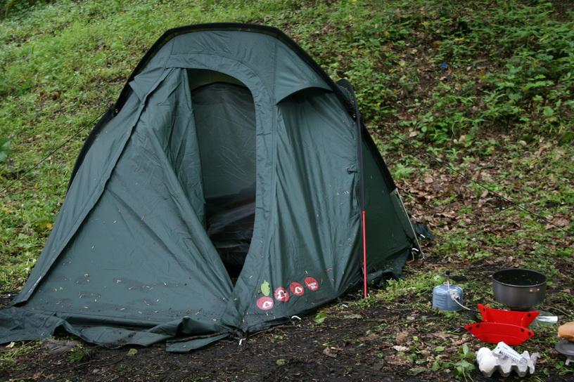 Yalova Su Düşen Şelalesi'nin üst kısmında kamp kurulacak yerler var.