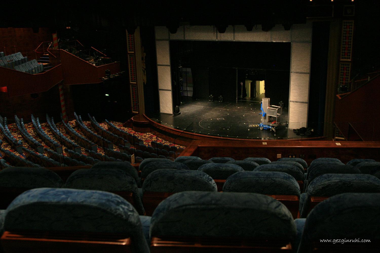 Norwegian Jade gemisi içerisindeki tiyatro sahnesi