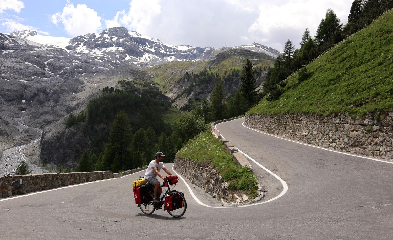 Stelvio 'ya Prato 'dan çıkarsanız sizi 24.3 km boyunca 48 viraj, 1808 metre yükselme ve ortalama yüzde 7.4'lük eğim bekliyor.