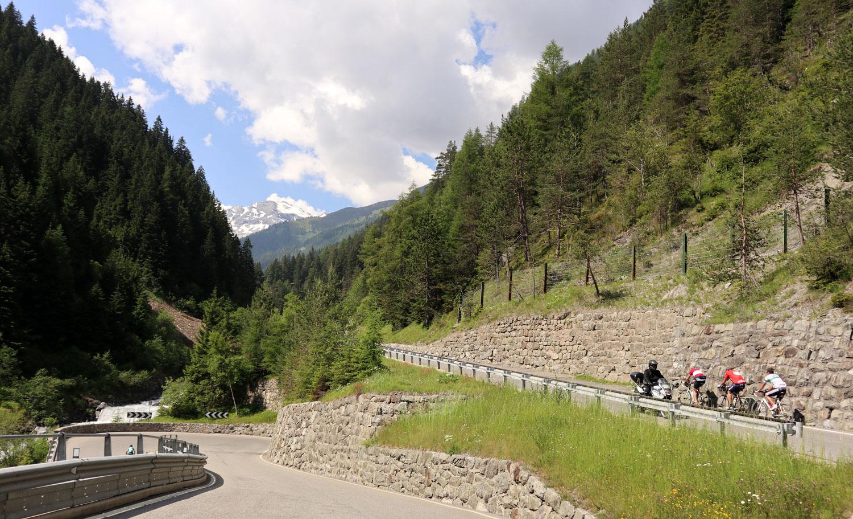 Stelvio'ya çıkan bisikletli bir ekip
